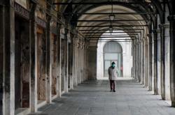 Muž s ochrannou maskou v Benátkách