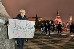 Protestující u Kremlu s transparentem: Putin musí jít! (11. března 2020)