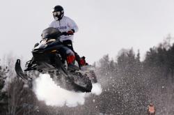Řidič na sněžném skútru