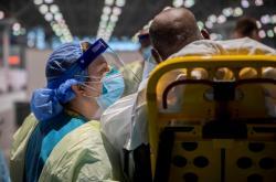 Sestra žádá u pacienta informace o jeho zdravotním stavu