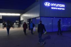 Pracovníci přicházejí do automobilky Hyundai v Nošovicích,  která 14. dubna obnovila výrobu