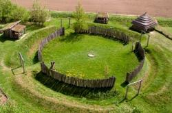 Rekonstrukce rondel z Archeoparku pravěku ve Všestarech