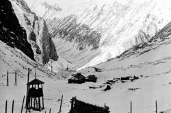 Zbytky jednoho ze stalinských pracovních táborů v Mramorovém Kaňonu v pohoří Kodar (severní část Čitské oblasti) v roce 1991