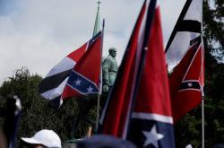 Socha generála Leeho obklopena konfederačními vlajkami