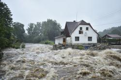 Rozvodněná řeka Smědá v Hejnicích