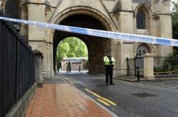 Policejní stráž hlídky u brány parku v Readingu