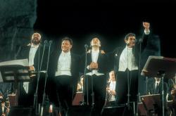 Tři tenoři (a dirigent Zubin Mehta) při prvním koncertě v Římě (1990)
