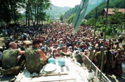 Uprchlíci ze Srebrenice na základně OSN v Potočari (červenec 1995)
