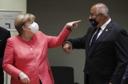 Německá kancléřka Angela Merkelová hovoří s bulharským premiérem Bojkem Borisovem na summitu EU