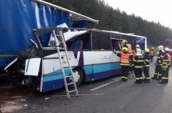 Nehoda autobusu a nákladního auta u Plzně