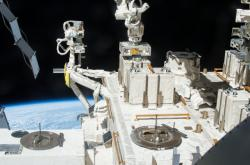 Panely s bakteriemi na vnějším plášti ISS