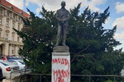 Socha Edvarda Beneše v Praze s nasprejovaným nápisem