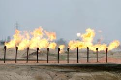 Ropné pole poblíž Basry v Iráku