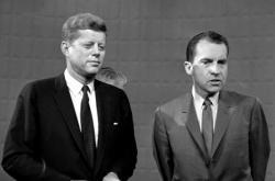 John Fitzgerald Kennedy a Richard Nixon po televizní debatě v roce 1960