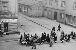 Židovský transport procházející Holešovicemi
