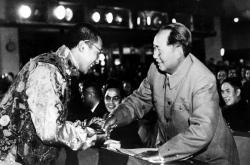 Tibetský duchovní vůdce Tändzin Gjamccho, známý jako čtrnáctý dalajláma, si v roce 1954 třese rukou s tehdejším čínským vůdcem Mao Ce-tungem
