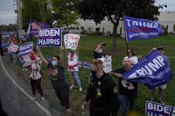 Příznivci Bidena a Trumpa