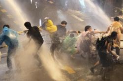 Vodní děla proti demonstrantům v Bangkoku