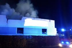 Hasiči zasahují u požáru haly na Semilsku