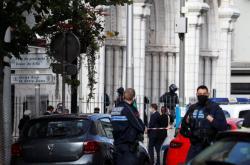 Policisté u baziliky Notre-Dame v Nice