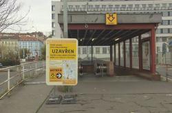 Uzavřený vstup do stanice metra Anděl