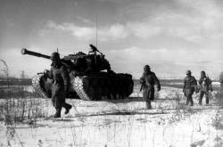 Američané pochodují ve sněhu během bitvy o Čchosinskou přehradu