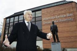 Tomáš Baťa před univerzitou a sochou otce v lednu 2001