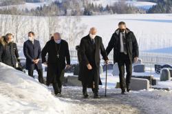 Norský král Harald (druhý zprava) při setkání s dobrovolníky a záchranáři ve městě Ask