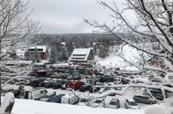 Plné parkoviště v Bedřichově