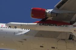 LauncherOne pod křídlem Boeingu