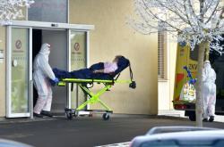 Převoz pacientů s covidem-19 z chebské nemocnice v lednu 2021