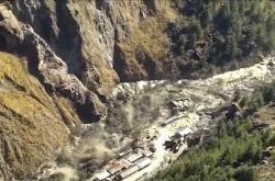 Oblasti nacházející se pod ulomeným kusem himalajského ledovce zasáhla vlna vody společně s bahnem a sutinami