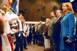 Prezident Václav Havel s manželkou a velvyslancem v USA Alexandrem Vondrou zpívají s krajany českou státní hymnu v Minneapolisu v roce 1999