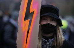Protesty proti verdiktu soudu, který v Polsku prakticky zakázal potraty