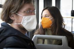 V Česku jsou povinné respirátory, nanoroušky či zdvojené roušky