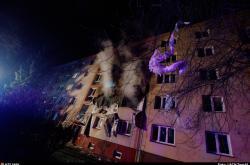 Výbuch způsobil požár v pětipatrovém domě v Ostravě