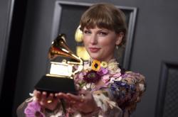 Taylor Swiftová se svou cenou Grammy