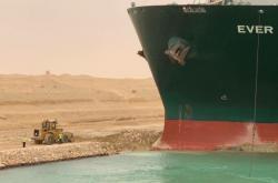 Pokus o uvolnění lodě v Suezském průplavu