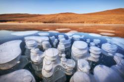 Bublinky metanu v zamrzlém Bajkalu