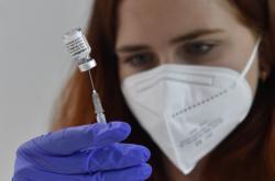 Zdravotnice si připravuje vakcínu v brněnském očkovacím centru