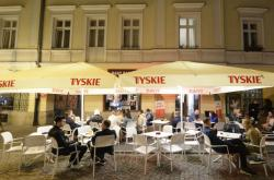 V Polsku se otevřely zahrádky restaurací, lidé do nich zamířili hned o půlnoci