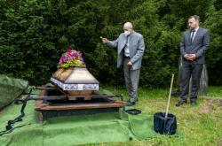 Uložení rakve s ostatky Němců nalezenými při rekonstrukci parku