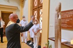 Pamětní desku a sochu požehnal kněz Leo Zerhau