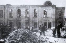 Ruiny vypálené synagogy v Bialystoku v roce 1941