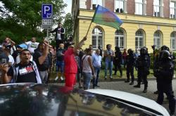 Protestující dav před policejní stanicí v Teplicích
