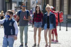 Lidé na procházce v Praze