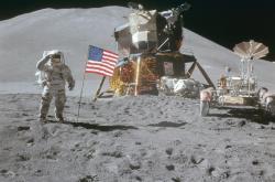 James Irwin salutuje americké vlajce na Měsíci 2. srpna