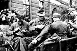 Vojáci spěšně z uniforem odstraňují své zařazení a hodnosti