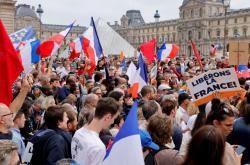 Protesty v Paříži před Louvrem