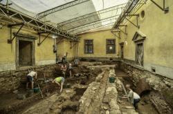 Středověké hradiště našli archeologové na nádvoří